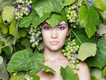 Weintraube Göttin. Schöne junge Dame, umwickelt Traube