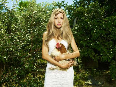 가금류: 애완 동물과 함께 아름 다운 젊은 여자의 패션 초상화 - 치킨