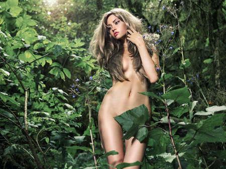 donna completamente nuda: Ritratto di signora elegante nuda in una foresta pluviale verde Archivio Fotografico