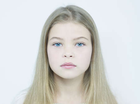 blonde yeux bleus: Mode portrait studio de petite fille charmante