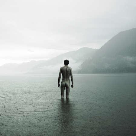 desnudo masculino: Pintoresco paisaje. Joven desnuda en el lago