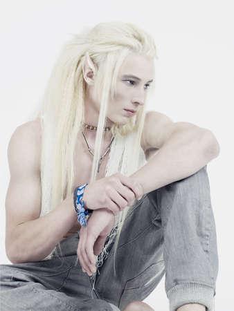 ni�o sin camisa: Foto de duende joven y apuesto sobre un fondo blanco