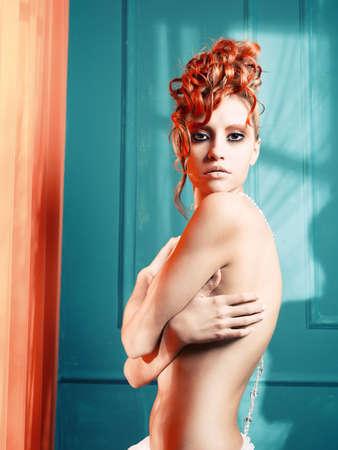 maquillaje fantasia: Hermosa joven con el pelo blanco y rojo y la fantas�a hasta que- Foto de archivo