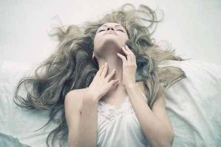 mujer rubia desnuda: Moda retrato de una mujer joven y elegante en la cama