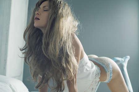 mujer desnuda sentada: Retrato de la moda elegante mujer joven en la cama