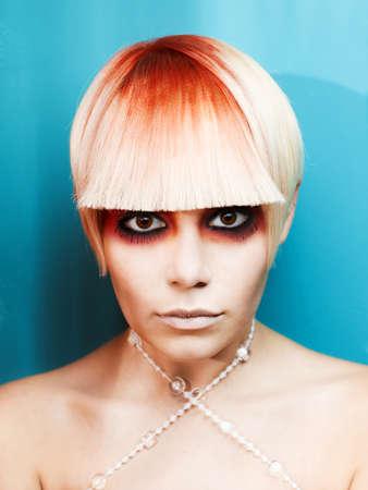 maquillaje de fantasia: Hermosa joven con el pelo blanco y rojo y la fantasía hasta que- Foto de archivo