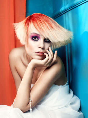 Mooi jong meisje met een wit-rood haar en mooie make-up Stockfoto
