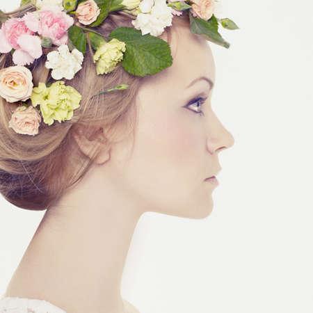 mooie vrouwen: Mooie jonge vrouw met delicate bloemen in hun haar Stockfoto