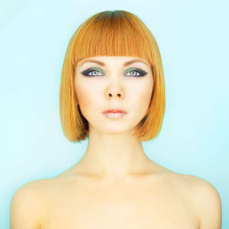 a bob: Mujer joven hermosa con pelo rojo bob Foto de archivo