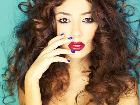 labios sexy: Foto de la joven y bella mujer con l�piz labial rojo Foto de archivo