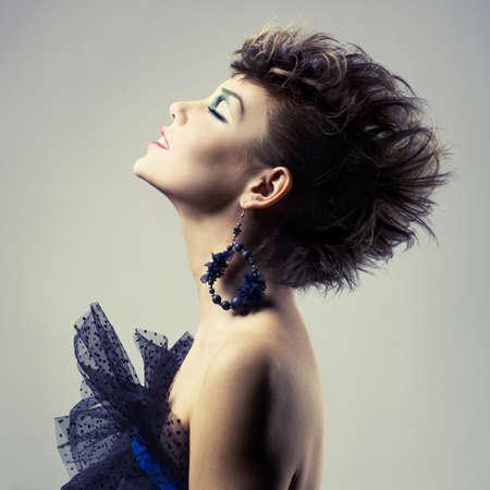 aretes: Moda retrato de una joven y bella dama del punk