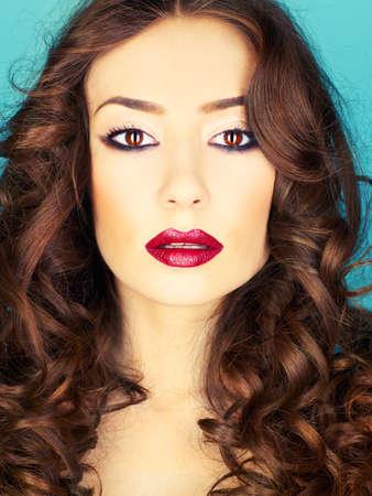 lip shine: Foto di giovane donna bellissima con rossetto rosso Archivio Fotografico