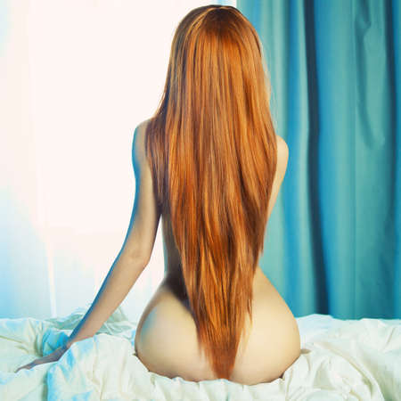 nudo integrale: Moda ritratto di giovane donna elegante a letto