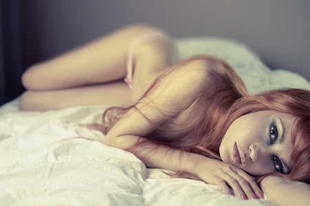 naked woman: Мода Портрет молодой чувственной женщины в постели Фото со стока