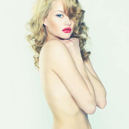 labios rojos: Foto de mujer hermosa desnuda con lápiz labial rojo