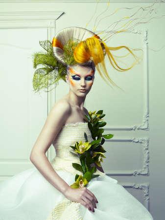 desnudo artistico: Se�ora con el pelo avant-garde y brillantes forman-