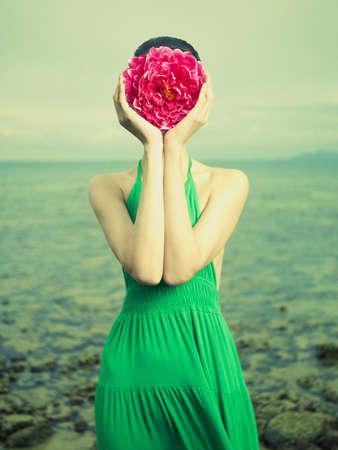 Surreal portret van een vrouw met een bloem in plaats van een gezicht