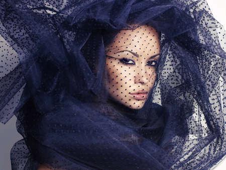 검은 베일 아래 관능적 인 아름다운 여자