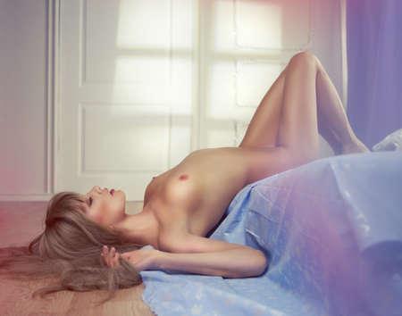 mujeres eroticas: Retrato de mujer sensual desnuda en la cama