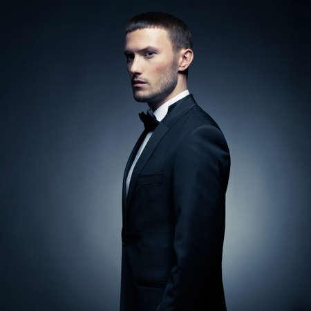 modelos hombres: Retrato de hombre guapo elegante en traje negro elegante