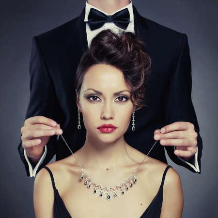 modelos negras: Hombre elegante en una bella mujer lleva un collar