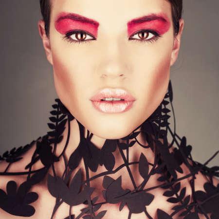 шик: Красивая девушка с нежным цветочным узором на шее. Высокой моды воротник Фото со стока