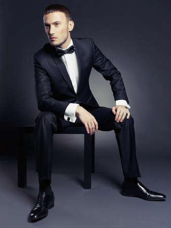 Portret van knappe stijlvolle man in elegant zwart pak