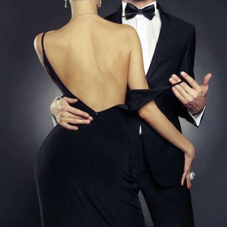 mujeres negras desnudas: Foto conceptual de la elegante pareja sexy en la tierna pasión