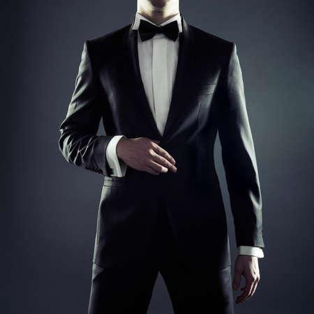traje: Foto de un hombre elegante en traje negro elegante Foto de archivo