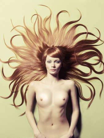Fashion Foto der schönen nackten Frau mit herrlichem Haar