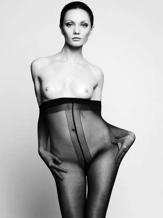 Elegante nackte Frau in Strumpfhosen