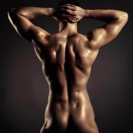 joven desnudo: Foto de atleta desnudo con cuerpo fuerte