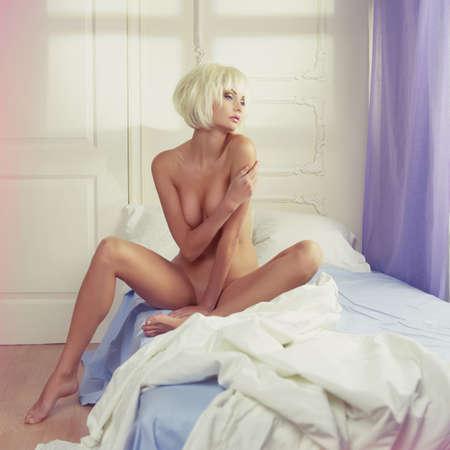 femme nue jeune: Mode portrait de femme nue sensuelle dans son lit