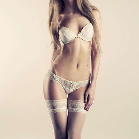 Foto der jungen schlanke Frau in stilvollen Dessous