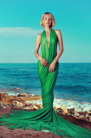 Schöne Nymphe auf dem Ozean. Mode-Foto Standard-Bild