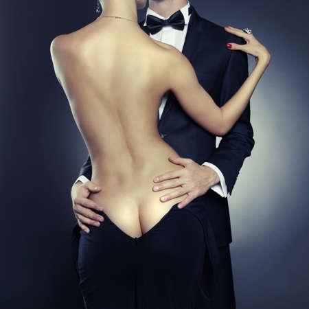 mujer desnuda de espalda: Foto conceptual de la elegante pareja sexy en la tierna pasi?n