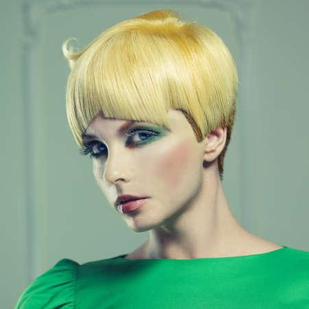 Fashion Foto der schönen Frau mit Kurzhaarschnitt Standard-Bild