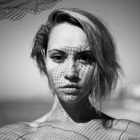 Schöne junge Dame mit einem zarten Muster auf Gesicht Fischnetz