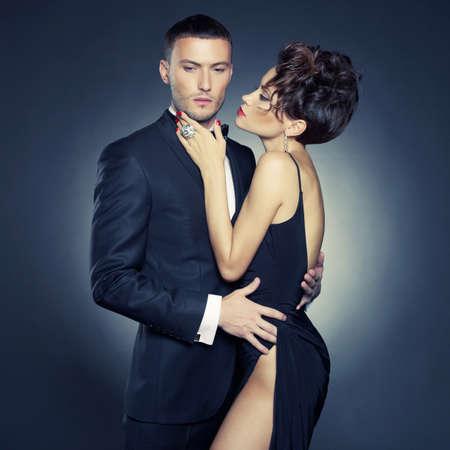 Moda foto de una pareja elegante sexy en la tierna pasi?n Foto de archivo - 21304383
