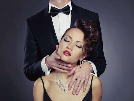 Fashion Foto von sexy elegant Paar in der Ausschreibung Leidenschaft