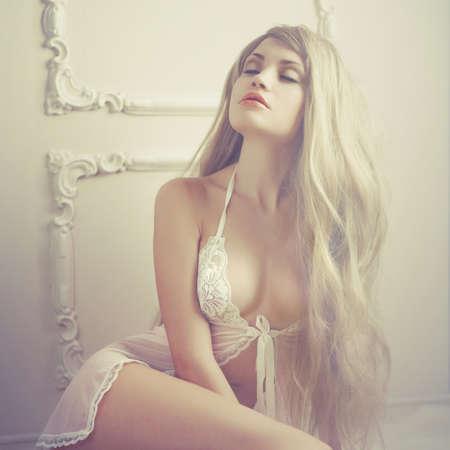 Fashion art photo junger sinnlichen Dame im klassischen Interieur
