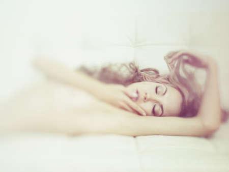 mujer rubia desnuda: Moda retrato de una mujer joven sensual en la cama