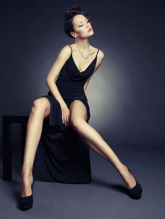우아한 이브닝 드레스에서 아름 다운 여자의 패션 사진