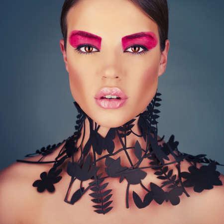 首に繊細な花柄の美しい若い女性。ファッション性の高い襟