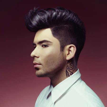 スタイリッシュな散髪を持つハンサムな男の肖像