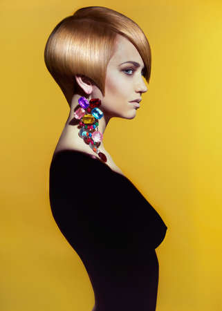세련된 머리를 가진 아름 다운 여자의 패션 예술 사진 스톡 콘텐츠