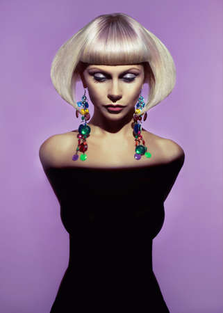 세련된 머리와 아름다운 아가씨의 패션 아트 사진
