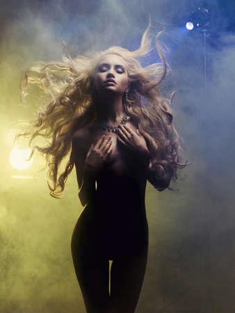 煙出てくる歌姫のファッション アート写真