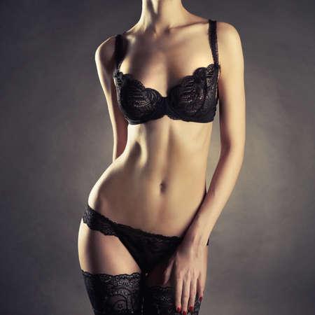 Foto der jungen schlanke Frau in stilvolle Dessous