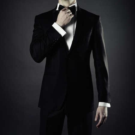 エレガントな黒のスーツでスタイリッシュな男性の写真